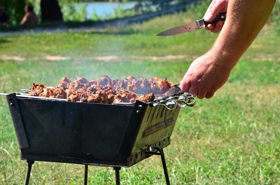Подготовка мангала для жарки шашлыка